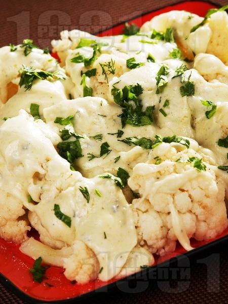 Вегетариански карфиол с уникален сос от синьо сирене, топено сирене и зелени подправки на тиган - снимка на рецептата